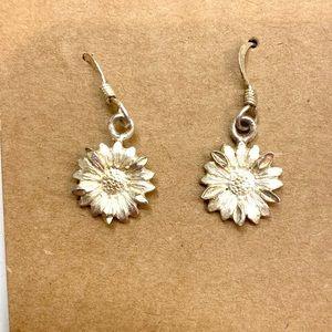 🍭 Sterling silver dainty daisy dangle earrings